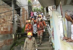 No morro da Babilônia, bombeiros retiram o corpo de Gilson Cézar Cerqueira dos Santos Foto: Gabriel Paiva / Agência O Globo