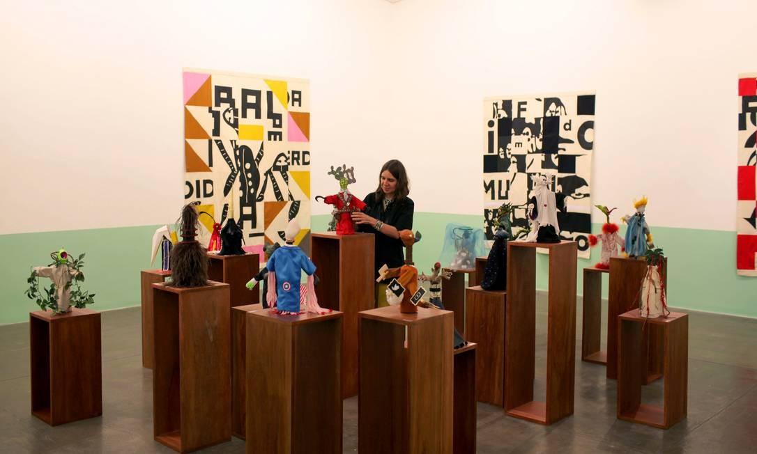 Rivane Neuenschwander na galeria paulistana Fortes D'Aloia & Gabriel, entre as obras da exposição 'O alienista' Foto: Gabriel de Souza/Divulgação