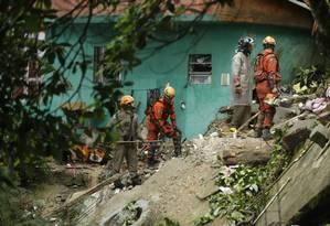Deslizamento no Morro da Babilônia, no Leme, deixou três pessoas mortas numa casa Foto: Gabriel Paiva / Agência O GLOBO