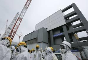Trabalhadores de usina nuclear de Fukushima conversam em Okuma Foto: KIMIMASA MAYAMA 07-11-2013 / AFP