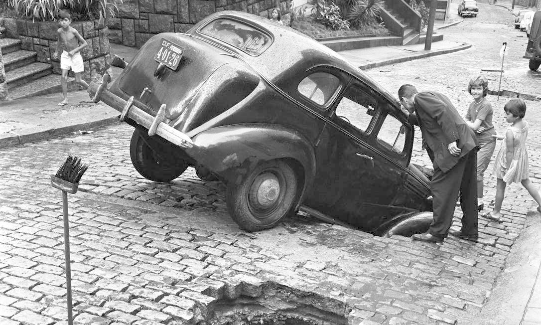 Em fevereiro de 1962, um táxi afunda junto com o calçamento na Rua Maria Angélica, no Jardim Botânico Foto: Agência O Globo