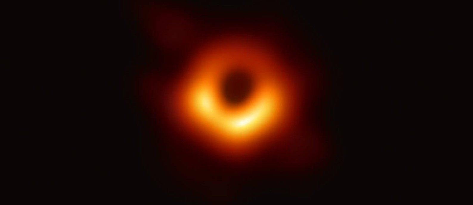 Astrônomos revelam ao mundo a primeira imagem de um buraco negro. O primeiro a ser registrado foi detectado no centro da galáxia M87, a cerca de 50 milhões de anos-luz da Terra. Foto: Event Horizon Telescope / Divulgação