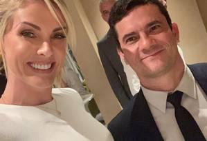 Ana Hickmann em selfie com o ministro Sergio Moro. Na legenda, Ana diz que queria muito a foto e chama Moro de