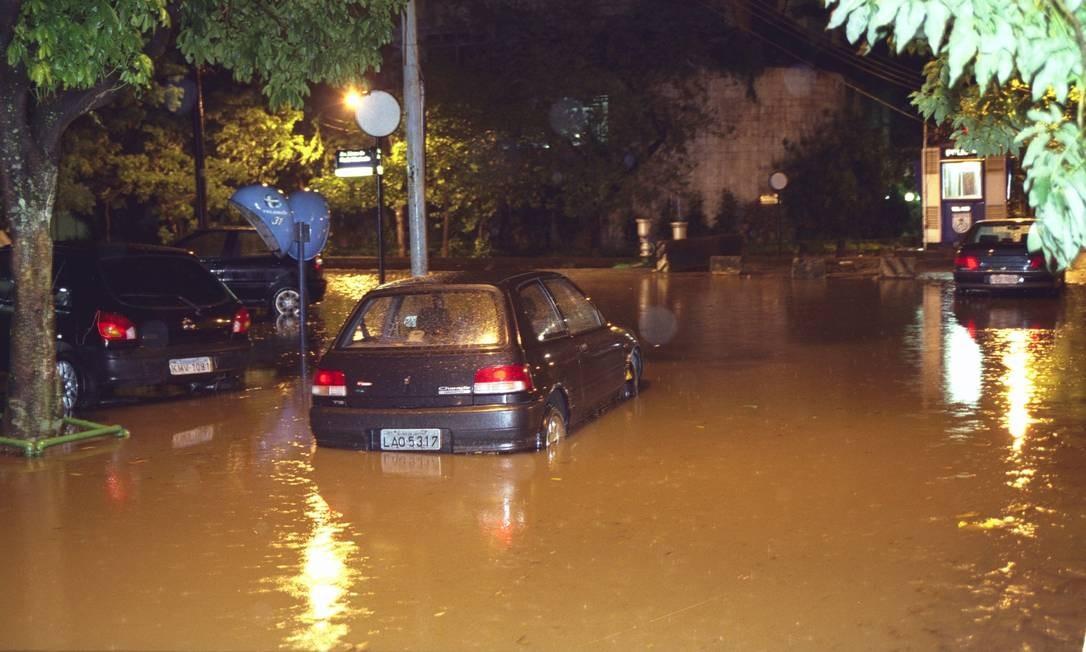 Em 19 de novembro de 2002, carros em meio à agua da chuva que alagou a Rua Lineu de Paula Machado, no Jardim Botânico Foto: Fernando Quevedo / Agência O Globo