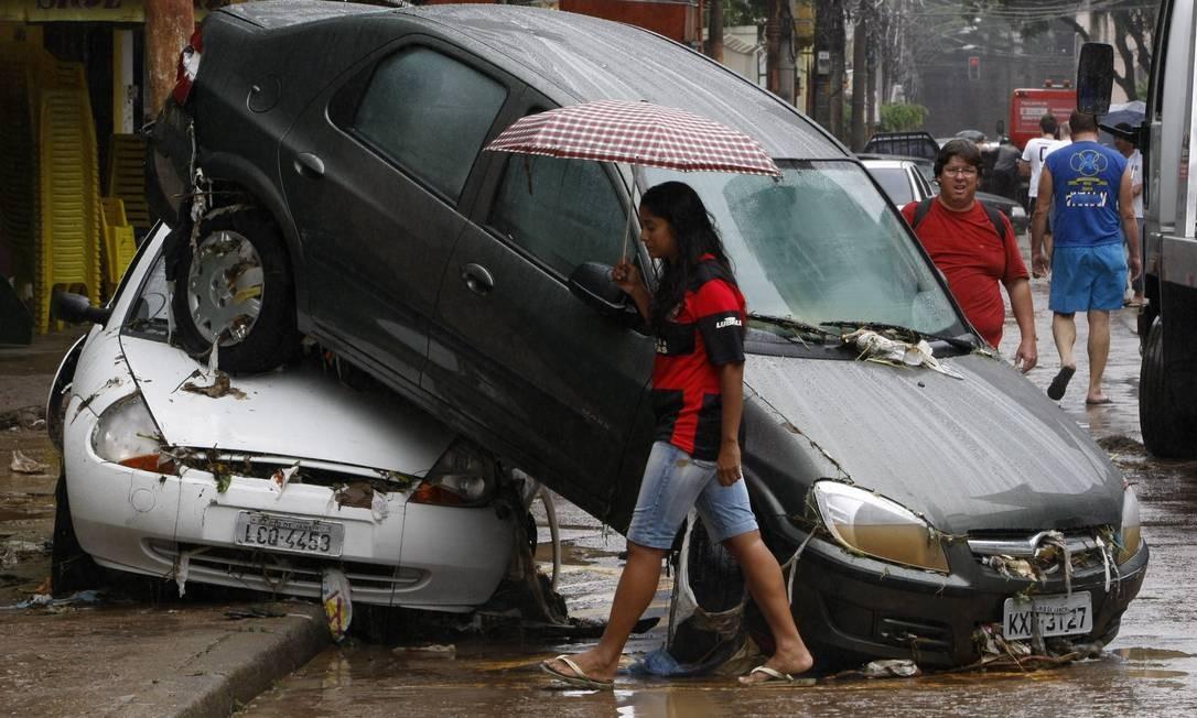 Em abril de 2010, temporal que alagou ruas do Rio deixa carros empilhados na Rua Senador Furtado, no Maracanã Foto: André Coelho / Agência O Globo