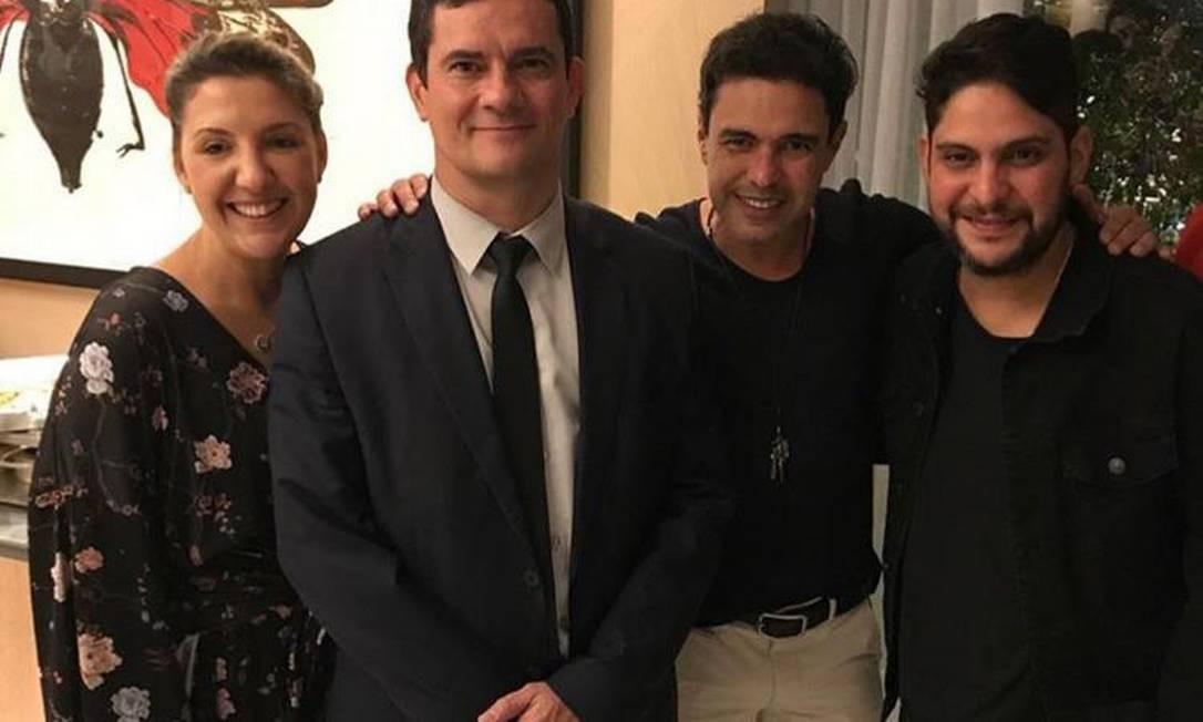O ministro Sergio Moro posa ao lado dos sertanejos Zezé di Camargo e Jorge Barcelos Foto: Reprodução / Instagram