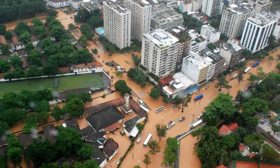 Vista aérea da Lagoa Rodrigo de Freitas durante forte chuva que inundou diversos bairros do Rio em abril de 2010 Foto: Genílson Araújo / Agência O Globo