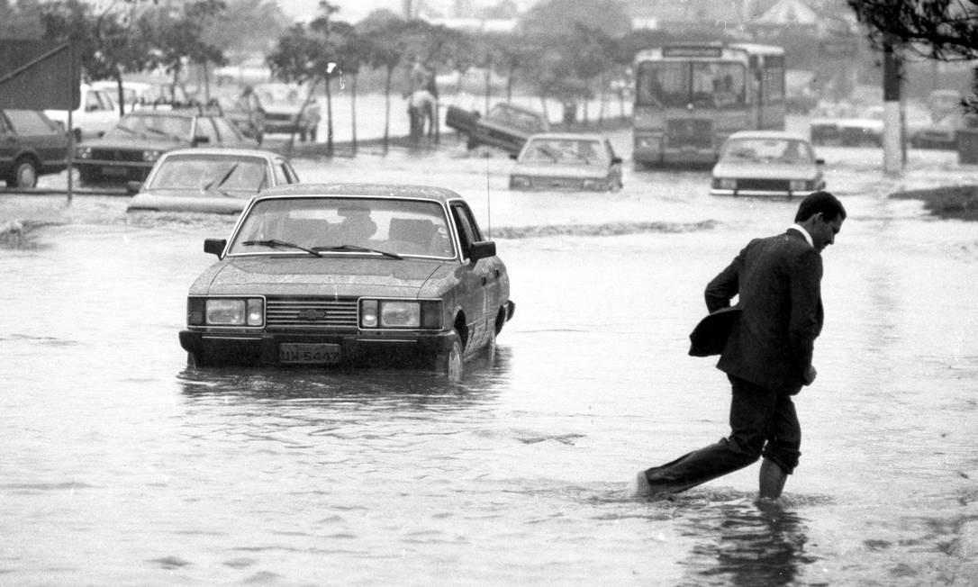 Avenida Borges de Medeiros, na Lagoa, durante enchente em outubro de 1987: carros e pedestre têm que atravessar alagamento Foto: Ricardo Beliel / Agência O Globo