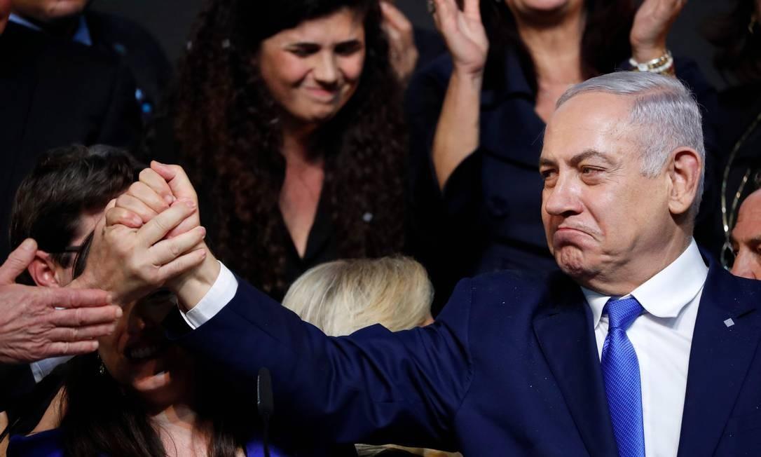 O primeiro-ministro de Israel, Benjamin Netanyahu, cumprimenta simpatizantes na sede do Partido Likud, na cidade litorânea israelense de Tel Aviv, antes da eleição desta quarta-feira (10) Foto: THOMAS COEX / AFP