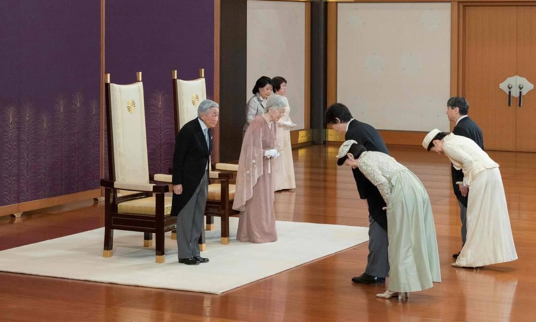O imperador do Japão Akihito e a Imperatriz Michiko são parabenizados pelo príncipe herdeiro Naruhito, princesa de coroa Masako, príncipe Akishino e princesa Kiko durante uma celebração marcando o 60º aniversário de seu casamento, no Palácio Imperial de Tóquio Foto: HANDOUT / AFP
