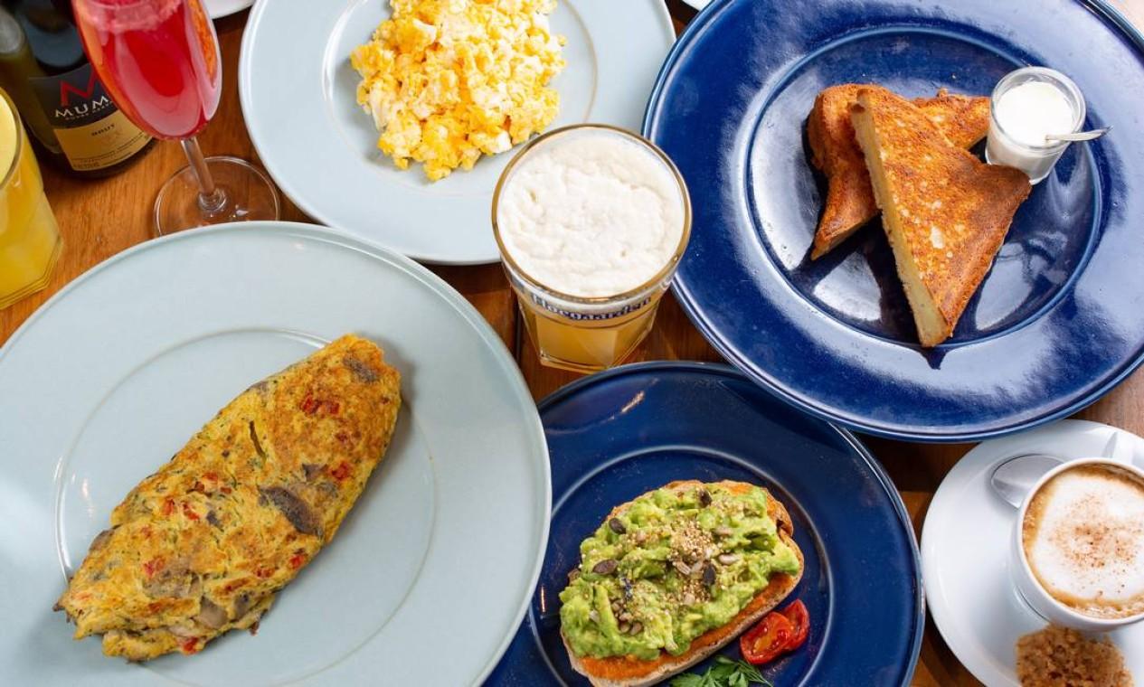 Gula Gula. O drinque Gula to the Mumm (suco de melancia e espumant) é uma das opções com omelete da casa e torrada com guacamole Foto: LipeBorges (lipeborges.com.br) / Divulgação