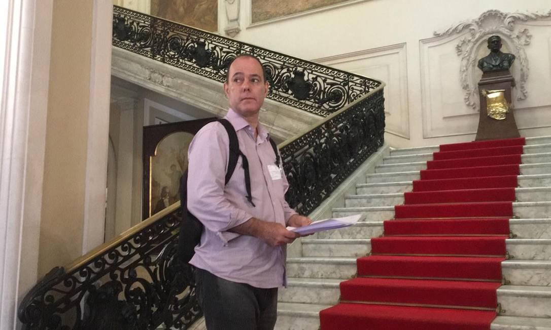 Fernando Lyra Reis quando protocolou a denúncia na Câmara do Rio Foto: Paulo Cappelli / Agência O Globo
