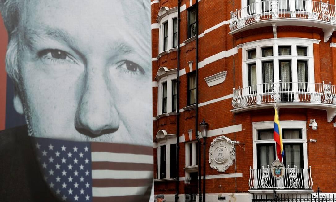 Caminhão com um pôster de Assange passa pela embaixada equatoriana em Londres Foto: Peter Nicholls / REUTERS/4-3-2019