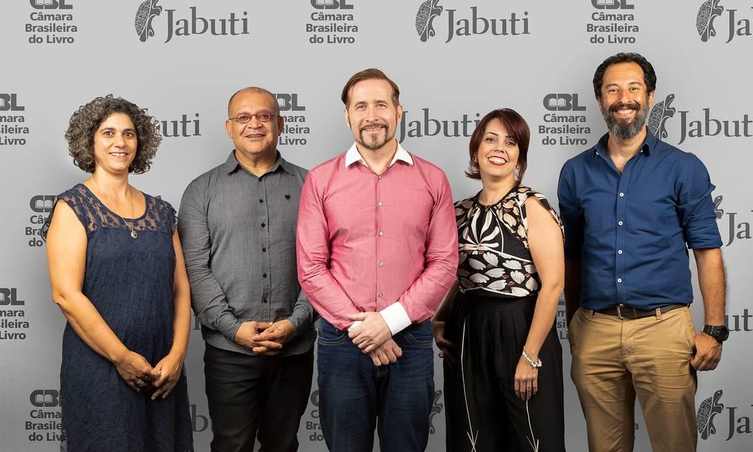 Pedro Almeida, ao centro, de camisa rosa, e os conselheiros que organizarão o 61º Prêmio Jabuti Foto: Jailton Leal / Divulgação/CBL