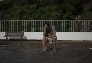 Paulo Pino, reside em prédio na ladeira do leme que foi afetado pela forte chuva de segunda Foto: GABRIEL MONTEIRO / Agência O Globo