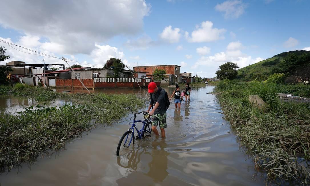 Ruas viraram rios no Jardim Maravilha Foto: Pablo Jacob / Agência O Globo
