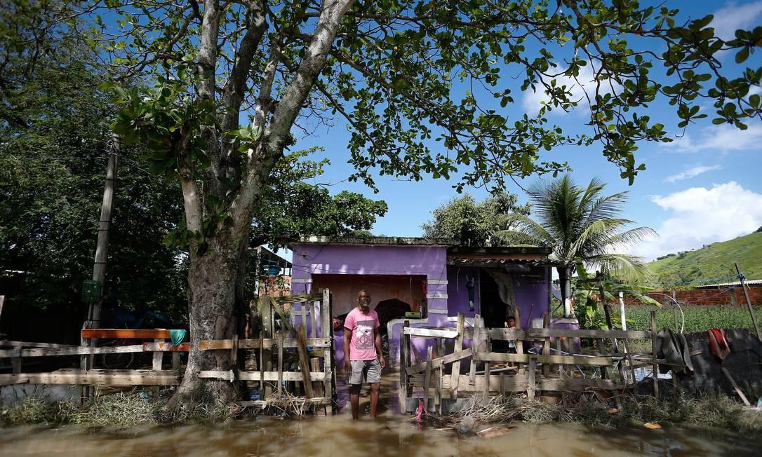 A casa de Cosme Calazans ficou cercada pela água Foto: Pablo Jacob / Agência O Globo