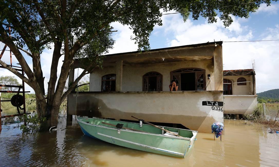 Moradores precisaram usar barcos para se locomover pelo rio que se tornou a região Foto: Pablo Jacob / Agência O Globo
