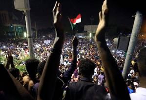 Manifestações sudaneses se reunem em frente ao Ministério da Defesa Foto: Stringer / Reuters