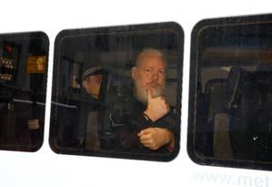 Preso em Londres, Julian Assange deixa delegacia de polícia rumo a tribunal Foto: HENRY NICHOLLS 11-04-2019 / REUTERS