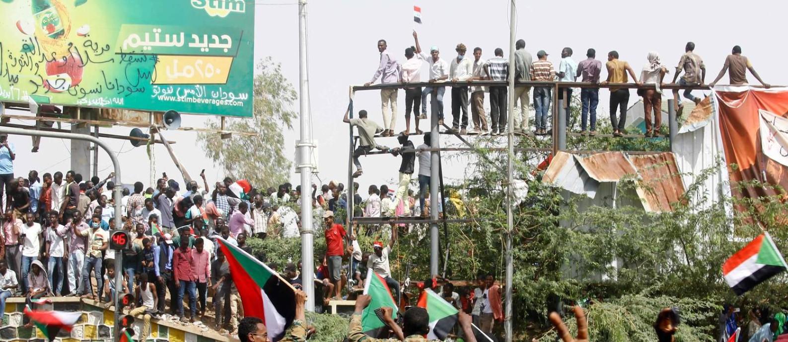 Manifestantes sudaneses celebram derrubada de ditador Bashir, em Cartum Foto: ASHRAF SHAZLY 11-04-2019 / AFP