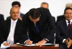 Medida assinada pelo presidente Jair Bolsonaro acaba com 250 decretos e normas Foto: Jorge William / Agência O Globo
