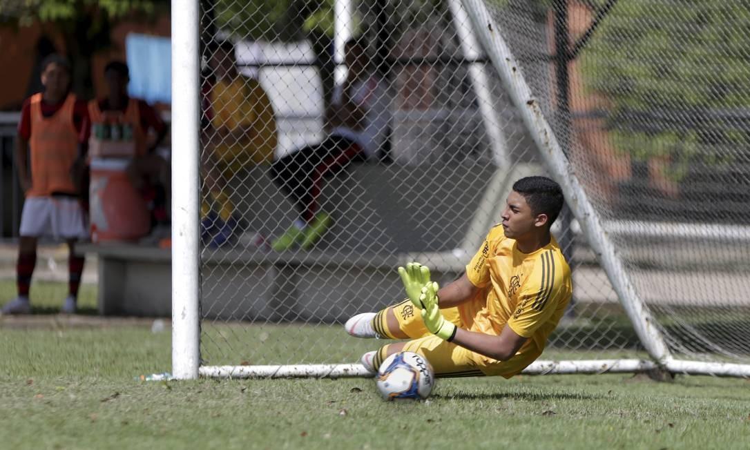 Francisco Dyogo defende pênalti na sua volta aos gramados Foto: Márcio Alves