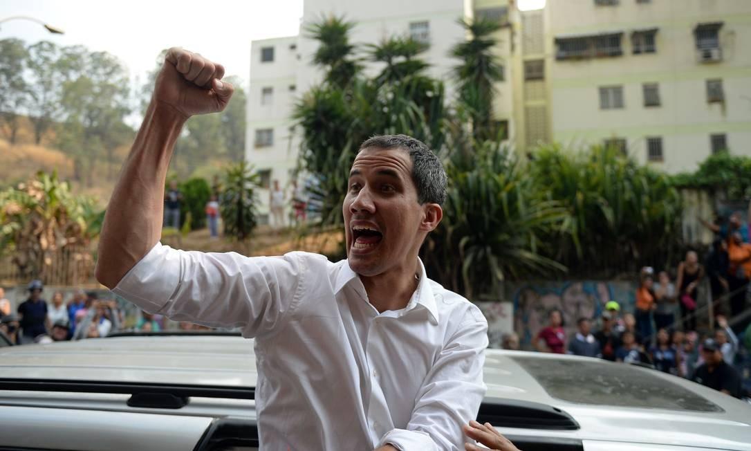 O líder da oposição venezuelana, Juan Guaidó, participa de uma manifestação em Caracas. O autodeclarado presidente da Vezezuela pediu na quarta-feira, 10, que a população vá para as ruas em protestos para manter a pressão sobre seu rival, Nicolás Maduro Foto: FEDERICO PARRA / AFP