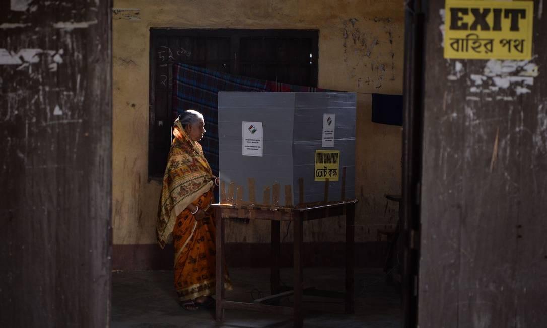 Uma mulher vota em uma seção durante a eleição geral da Índia, em Cooch Behar, Bengala Ocidental. As eleições gerais de seis semanas começam nesta quinta-feira, com seções eleitorais no nordeste do país — o primeiro a abrir Foto: DIPTENDU DUTTA / AFP