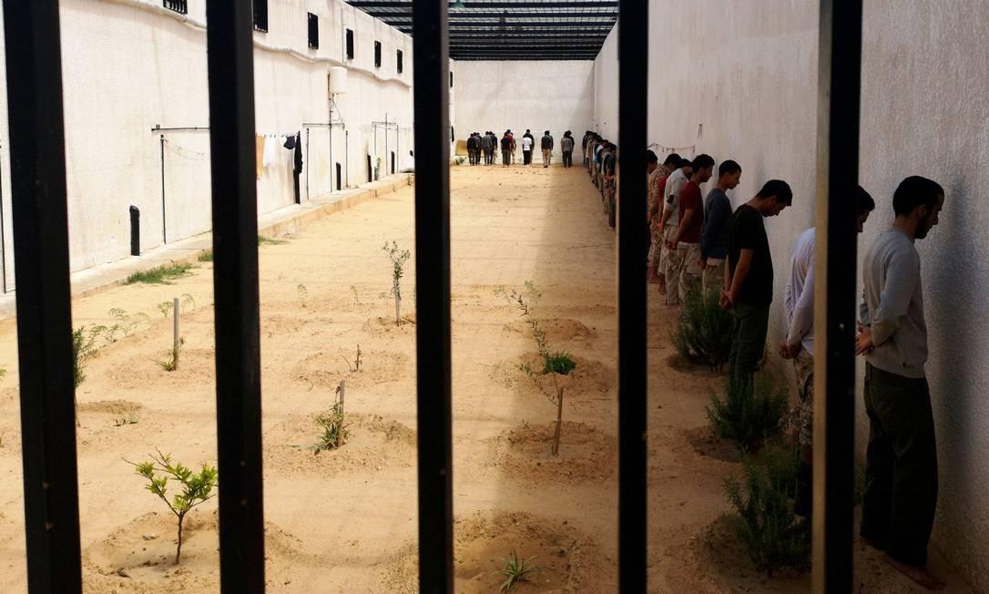 Combatentes leais ao comandante militar Khalifa Haftar presos pelas forças do Governo de Acordo Nacional (GNA), que tem apoio da ONU, no subúrbio de Ain Zara. Confrontos violentos marcaram a última quarta-feira, 10, no distrito de Ain Zara, na região de Trípoli. As tropas militares do exército de Khalifa Haftar pressionaram um ataque contra o GNA, apoiado pela ONU Foto: IMED LAMLOUM / AFP