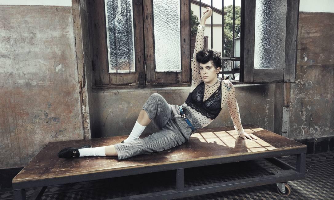 Céu usa blusa NK Store, top Intimissimi e calça Le Lis Blanc Foto: Gil Inoue