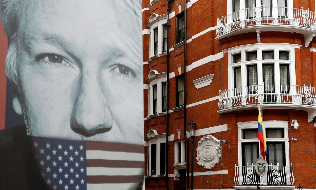 Cartaz com rosto de Assange é colocado em frente à Embaixada do Equador em Londres Foto: PETER NICHOLLS / REUTERS