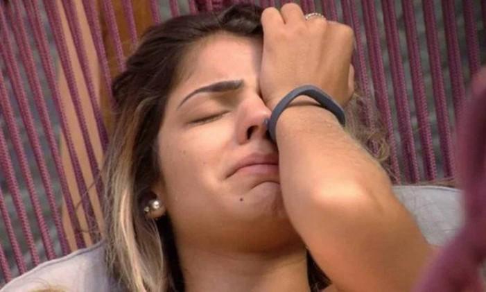 Hariany Almeida chora após madrugada de briga com Paula Foto: Reprodução / TV Globo