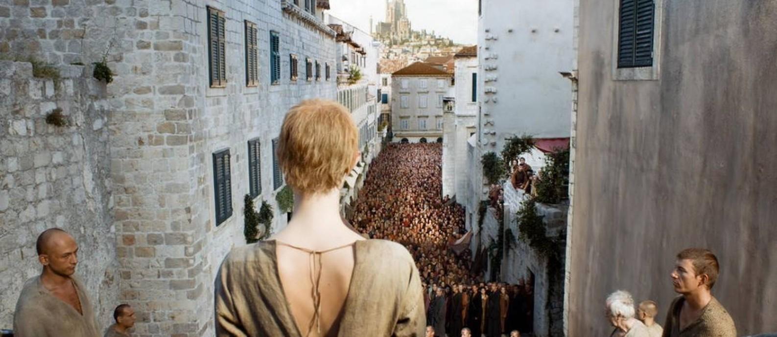 A 'caminhada da vergonha', uma das cenas emblemáticas de 'Game of Thrones', gravada no centro antigo de Dubrovnik, na Croácia Foto: Reprodução