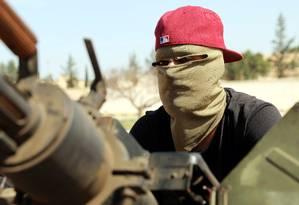 Membros das forças do governo internacionalmente reconhecido da Líbia, em veículo militar nos arredores de Trípoli Foto: HANI AMARA / REUTERS