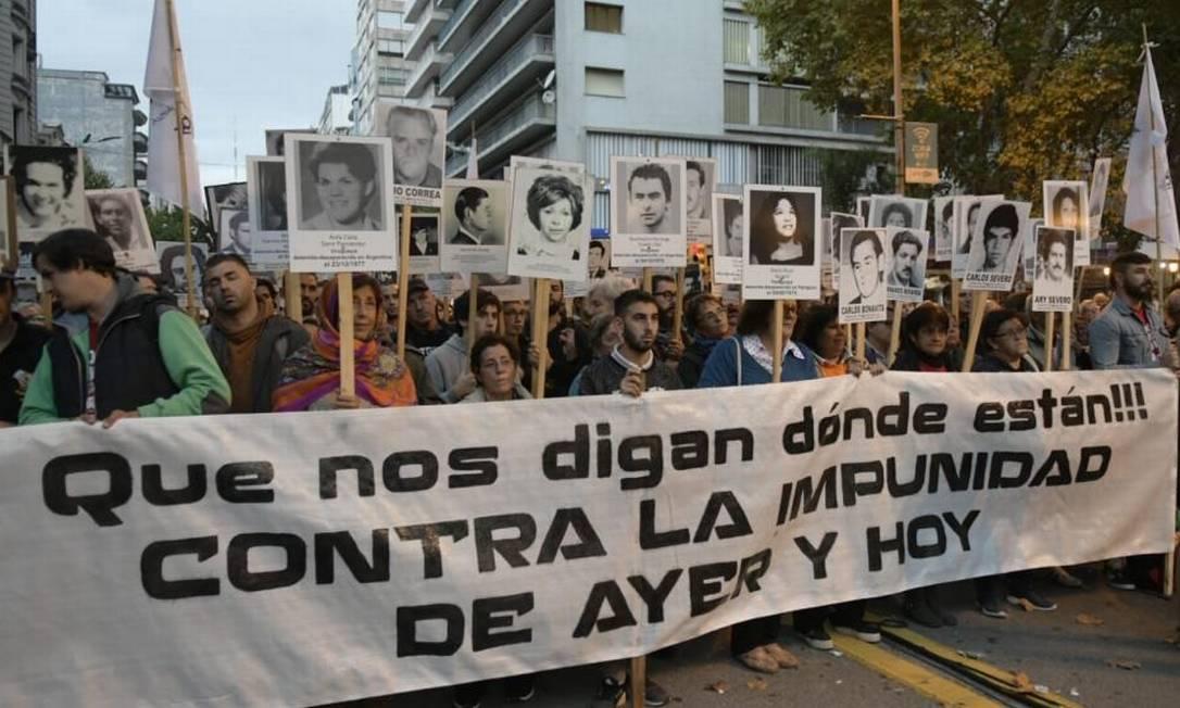 Uruguaios fazem passeata em Montevidéu contra a impunidade, pedindo que seja conhecido o destino de presos políticos desaparecidos Foto: El País/GDA