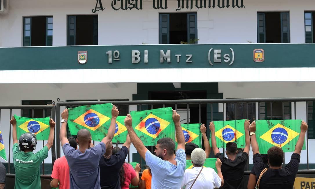 Manifestantes protestam morte de Evaldo dos Santos Rosa em frente à Vila Militar Foto: Guilherme Pinto / Agência O Globo
