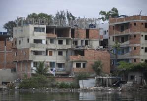 Prédios sendo construídos pela milícia na favela da Muzema, junto a Lagoa da Tijuca Foto: Márcia Foletto / Agência O Globo