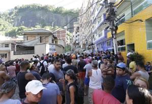 Moradores aglomerados perto do local onde dois prédios desabaram na Muzema. Prefeito Marcelo Crivella foi vaiado ao chegar Foto: Marcio Alves / Agência O Globo