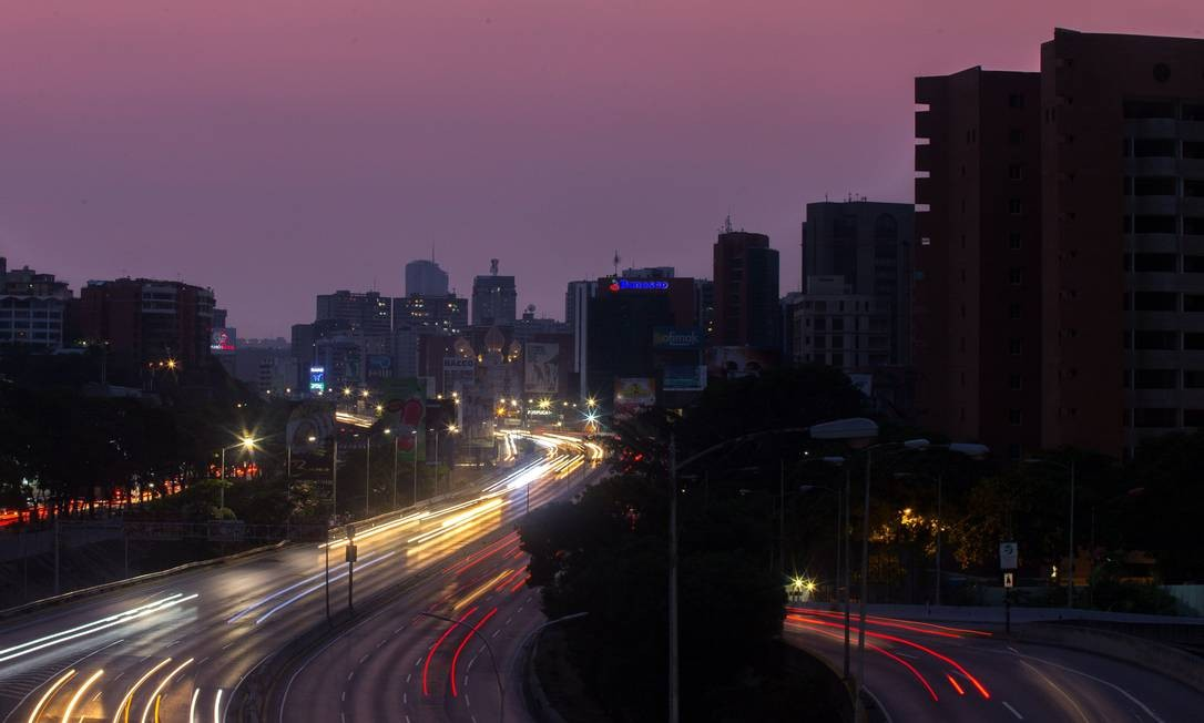 Em Caracas, capital da Venezuela, os apagões têm sido frequentes; cortes de energia afetam todo o país e chegam a durar vários dias Foto: CRISTIAN HERNANDEZ / AFP