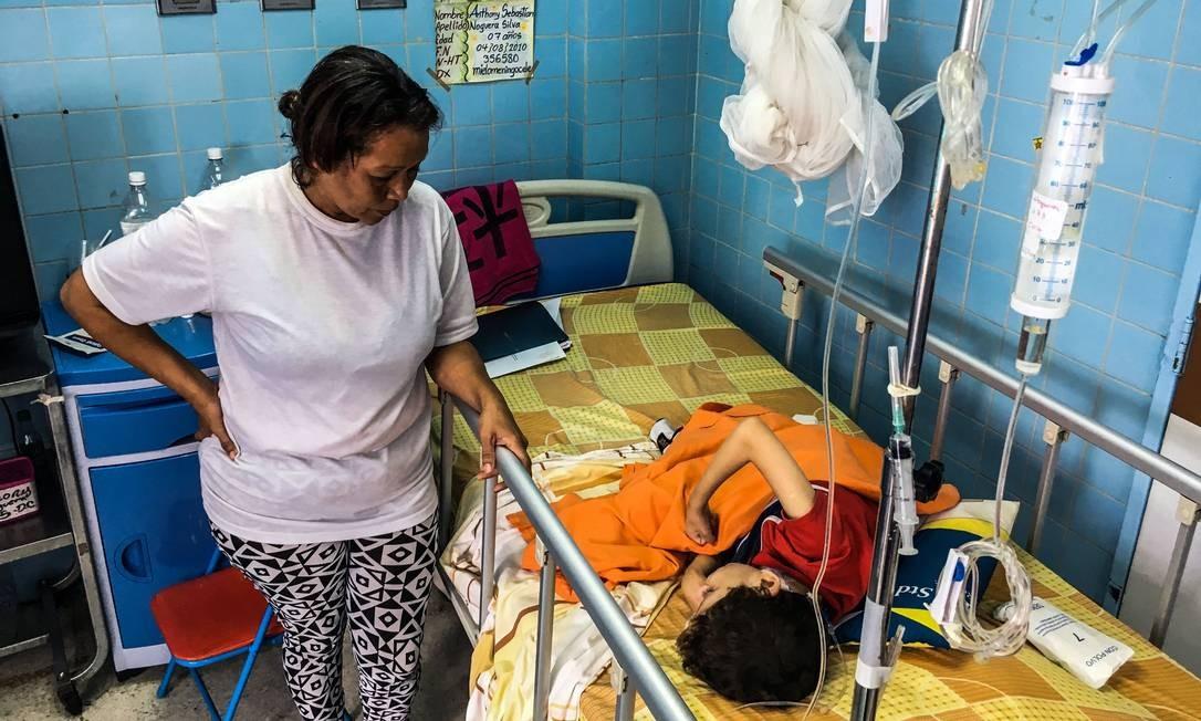 Mulher fica ao lado do seu filho em hospital infantil de Caracas; a crise econômica ameça o sistema de saúde, que não tem todos os remédios e suprimentos de que precisa Foto: FEDERICO PARRA / AFP