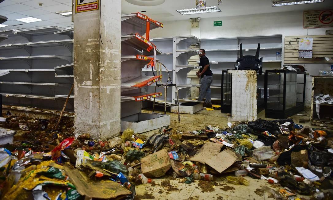 Em 2017, durante período de intensos protestos contra Nicolás Maduro, supermercado ficou destruído depois de ser saqueado; crise econômica acirra violência em diversas cidades, incluindo Caracas Foto: RONALDO SCHEMIDT / AFP