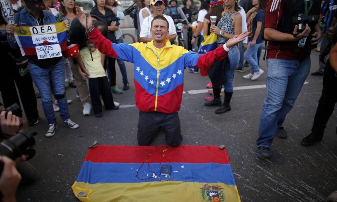 Homem se emociona durante vigília em homenagem a estudante morto durante protestos contra o governo de Nicolás Maduro em 2017; à época,72 pessoas morreram ao longo de dois meses de marchas oposicionistas Foto: Ariana Cubillos / AP