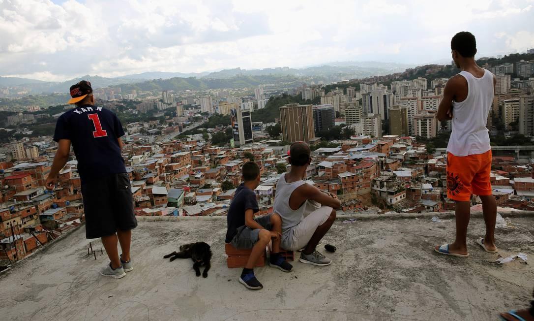Meninos soltam pipa e olham para a favela de Petare, em Caracas en 2017 Foto: Andres Martinez Casares / Reuters