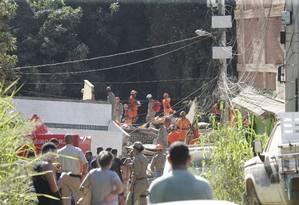 Bombeiros trabalham em escombros de prédios que desabaram na Muzema Foto: Marcio Alves 12-04-2019 / Agência O Globo