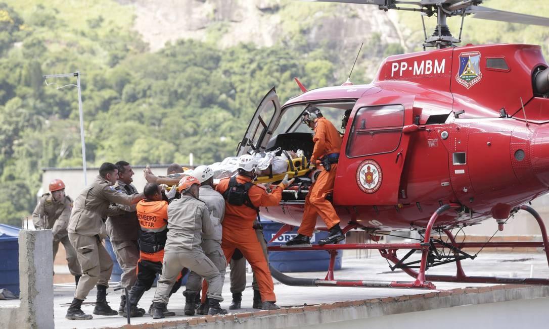 Helicóptero do Corpo de Bombeiros realiza resgate de um homem ferido no desabamento de dois prédios na Muzema Foto: Márcio Alves / Agência O Globo