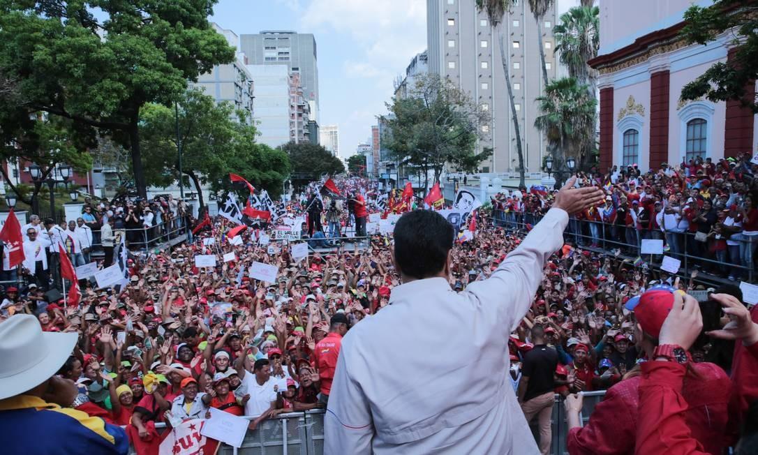 Presidente Nicolás Maduro mantém base de apoiadores; entretanto, até mesmo seus bastiões tradicionais já têm marchado contra o governo, indicando possível queda da sua popularidade até entre estes setores Foto: HO / AFP