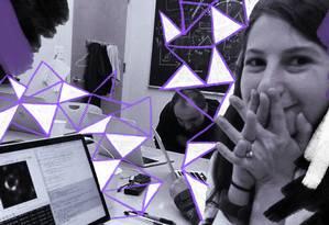Katie Bouman postou essa foto em seu perfil do Facebook na quarta-feira, mostrando sua reação assim que percebeu que a primeira foto de um buraco negro (na tela de seu computador) havia sido alcançada Foto: Ilustração de Lari Arantes sobre foto de Reprodução/Facebook