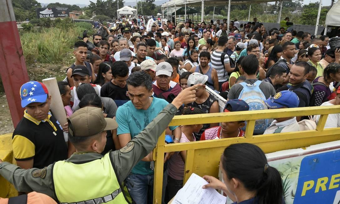 Milhares de venezuelanos cruzam diariamente a fronteira para a Colômbia para migrar ou comprar alimentos e remédios Foto: JUAN PABLO BAYONA / AFP