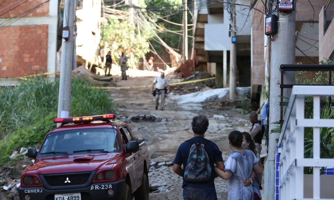 Bombeiros isolam área em que dois prédios desabaram na Muzema Foto: Pedro Teixeira 12-04-2019 / Agência O Globo